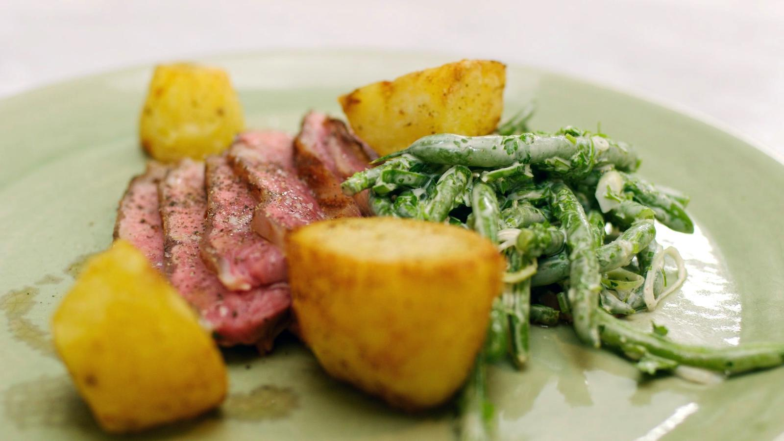 Kalfsentrecote met boontjessla en gebakken aardappelen