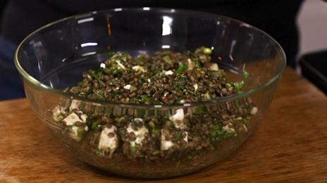 Linzensla met verse kruiden, feta en een zoetzure dressing
