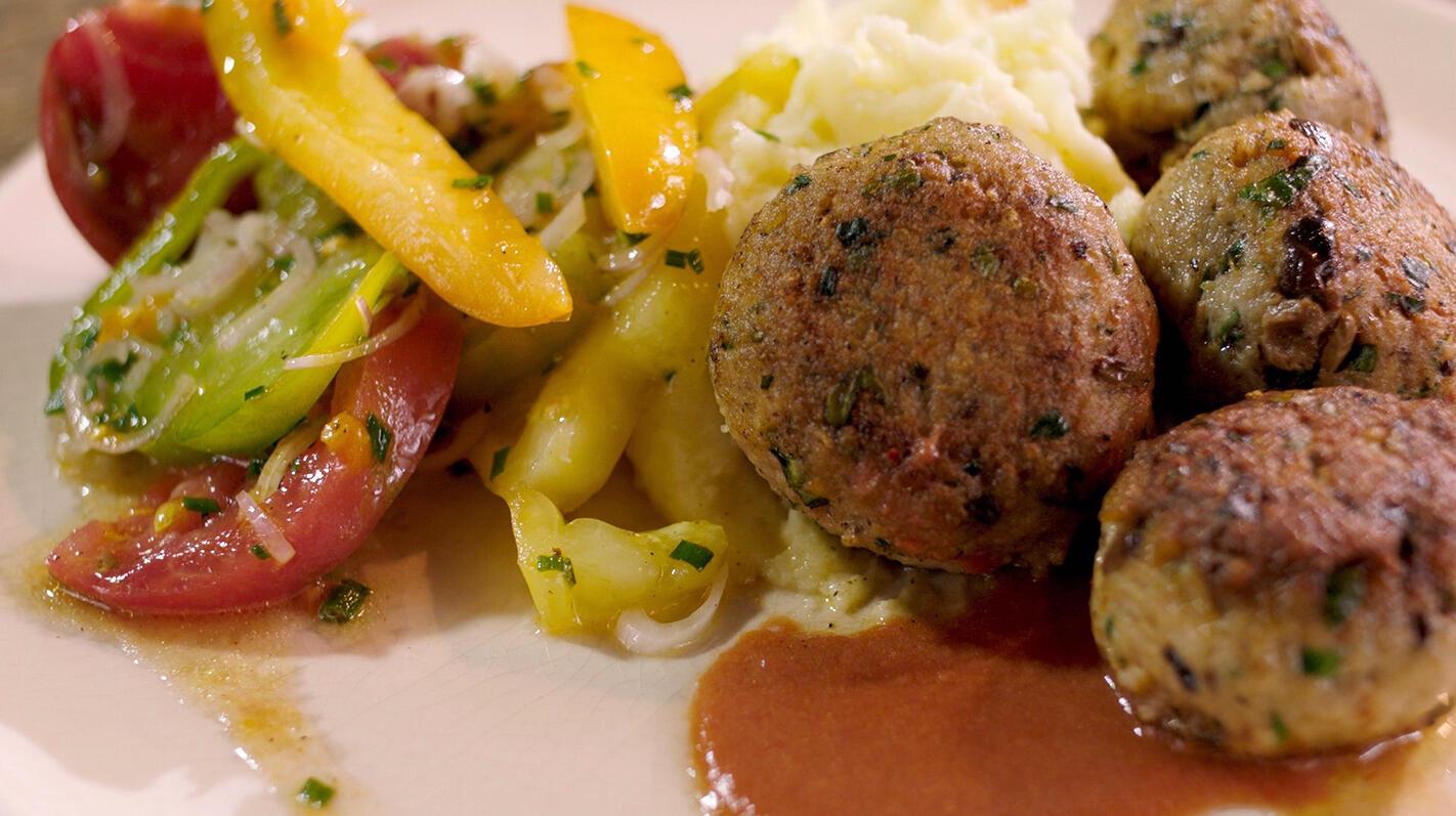 Kippenballetjes met parmezaanpuree en tomatensla