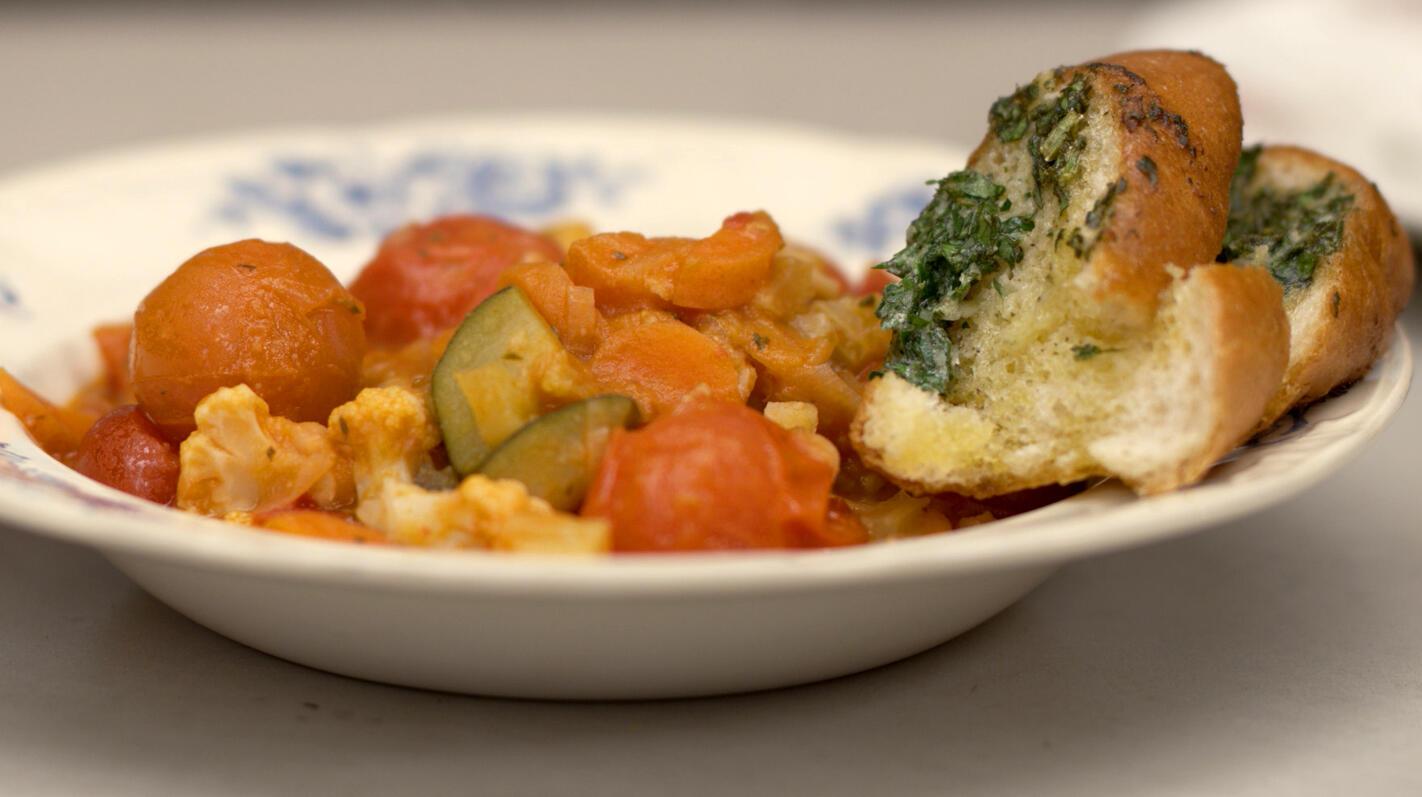 Veggie groentecassoulet met lookbroodjes