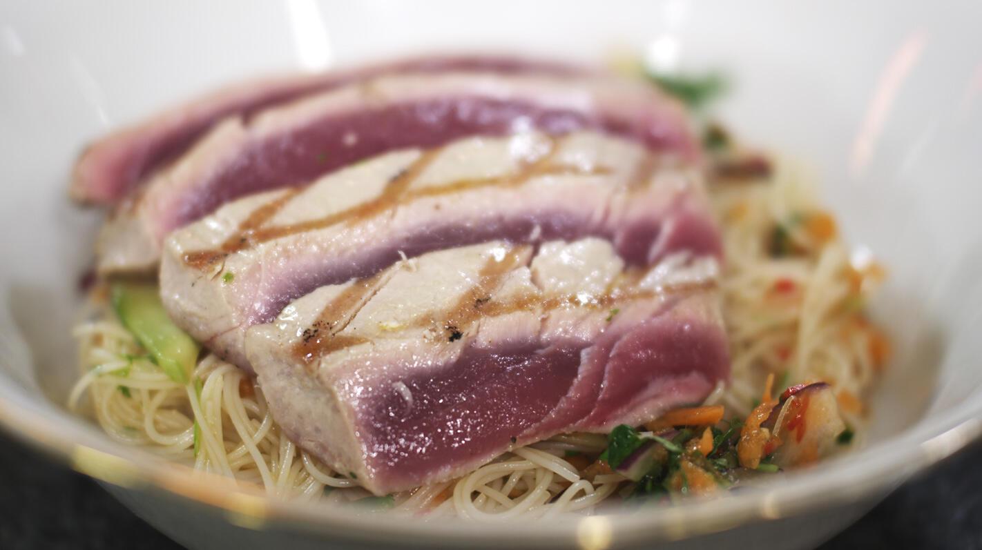 Tonijnsteak met rijstnoedels en een Thaise dressing