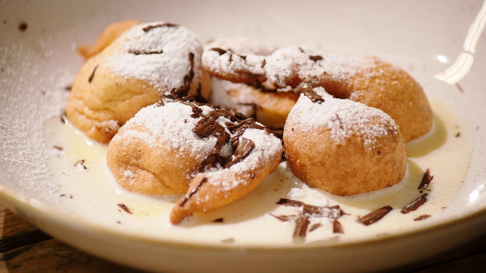 Chocoladebeignets met vanillesaus