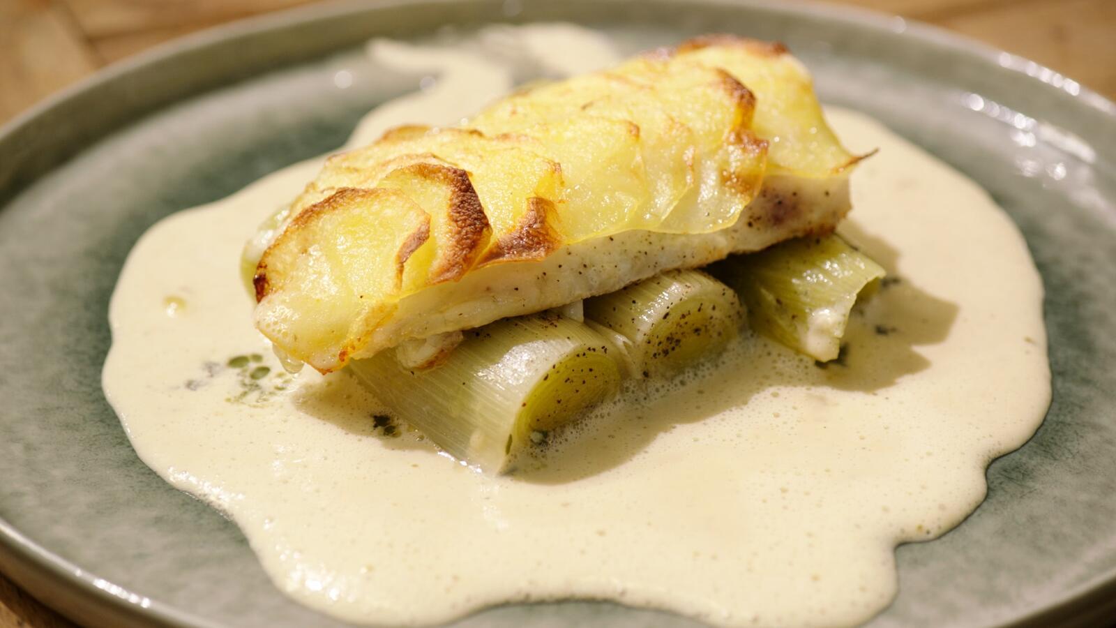 Griet met aardappelschubben, gepocheerde prei en witte wijnsaus