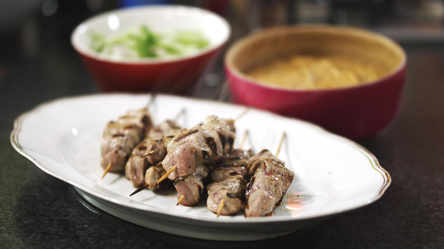 Satés van varkensvlees met pindasaus en komkommersalade
