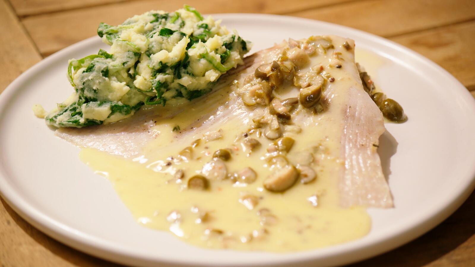 Gepocheerde rog, beurre blanc met kappertjes en spinaziestoemp