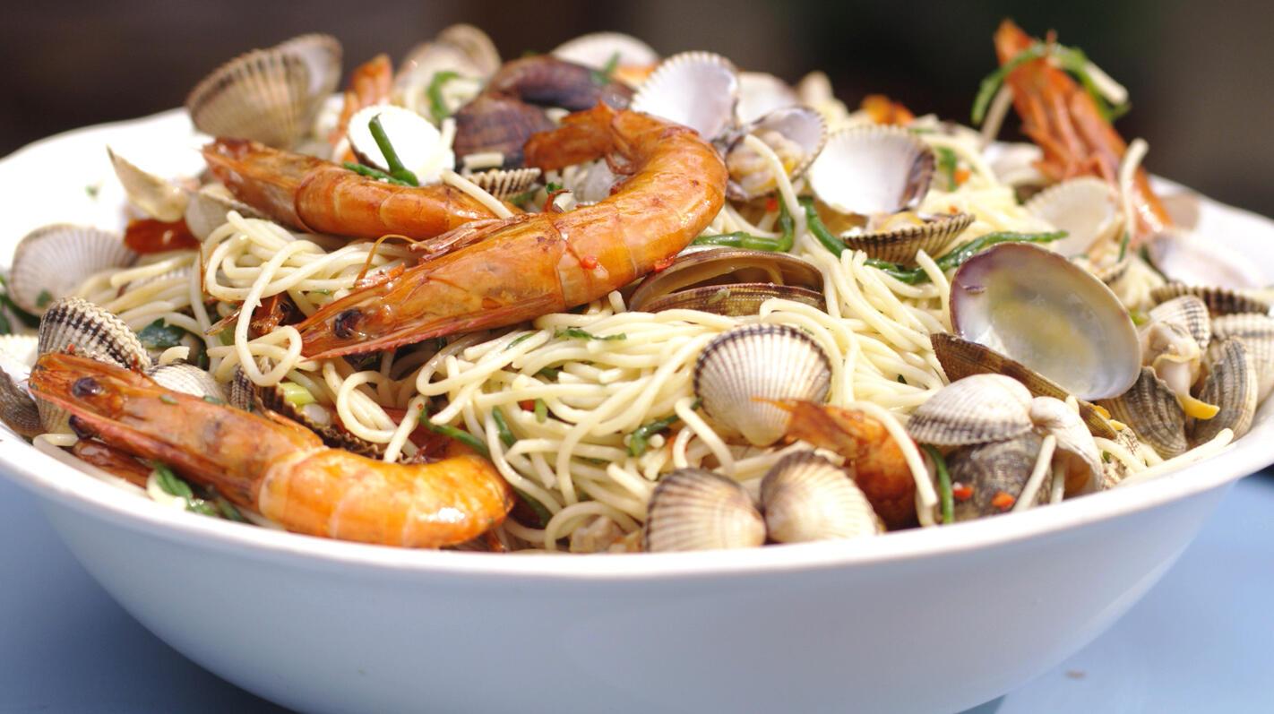 Mild gerookte schelpjes en gamba's op de barbecue met spaghetti