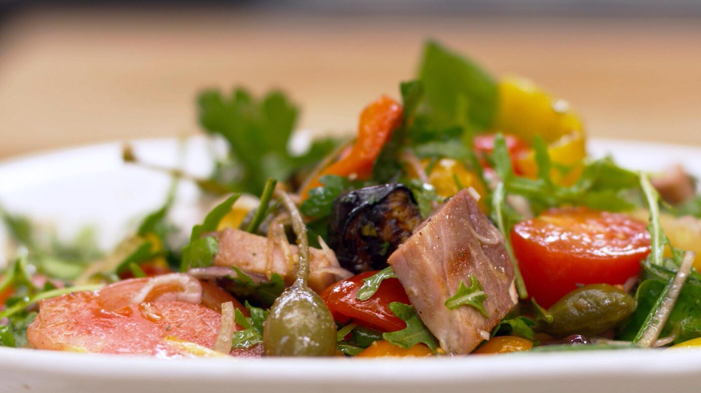 Ratatouillesalade met tomaat en gegrilde beenham