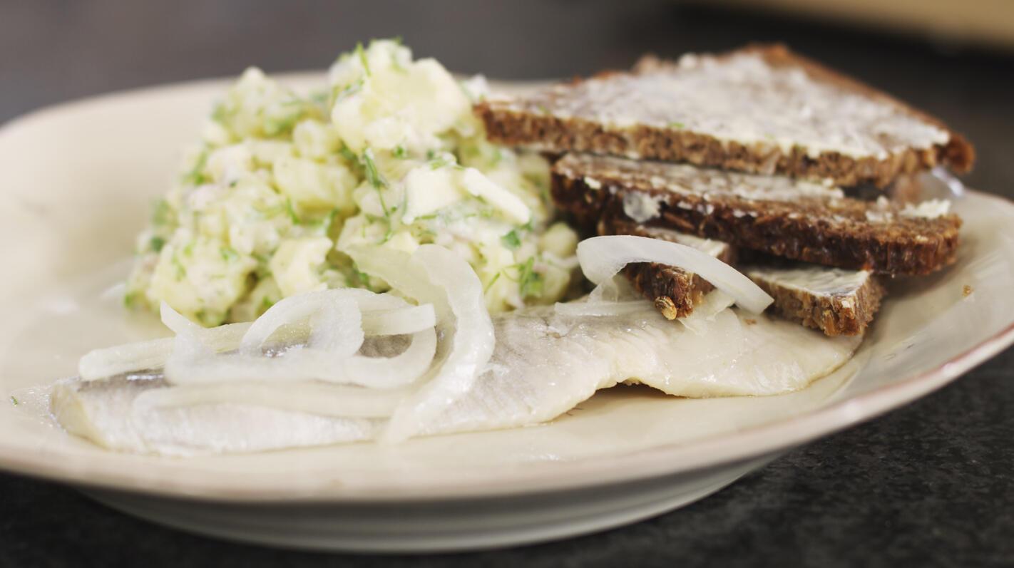 Zure haring met aardappelsalade en pompernikkel