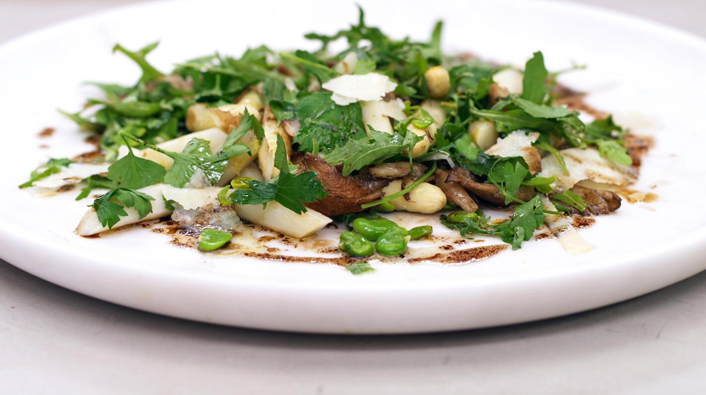 Lauwe salade van witte asperges & friends