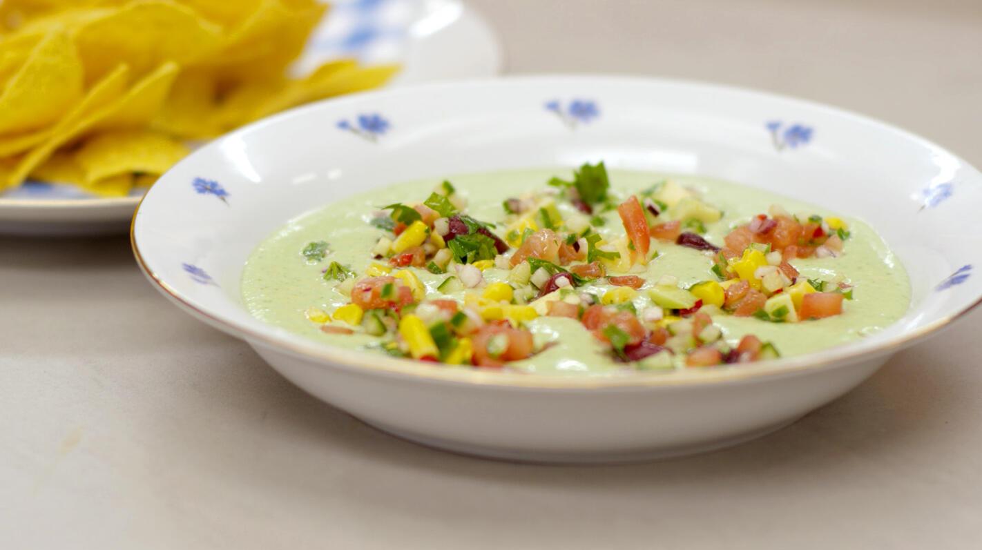 Gazpacho van avocado en waterkers met nacho's