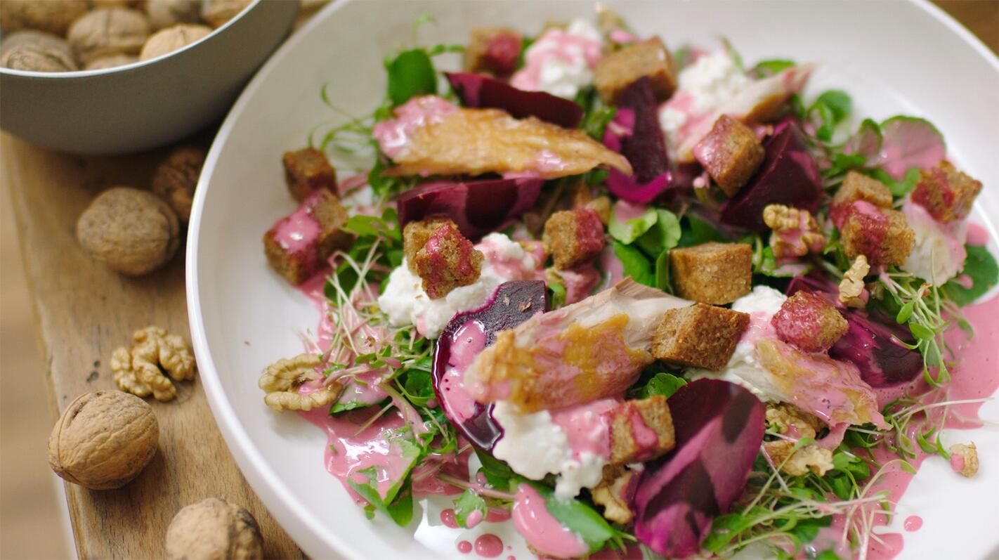 Salade van rode biet, mierikswortel en gerookte makreel