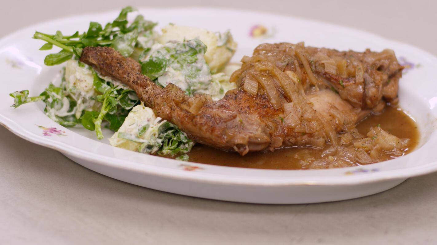 Konijnenbout met honing-tijmsaus en aardappelsalade