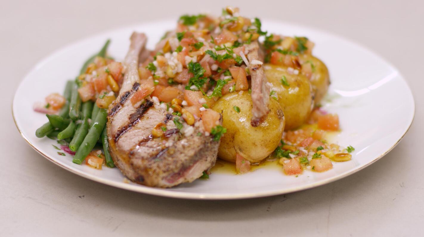 Gegrilde lamskoteletten met boontjes en een tomatenslaatje