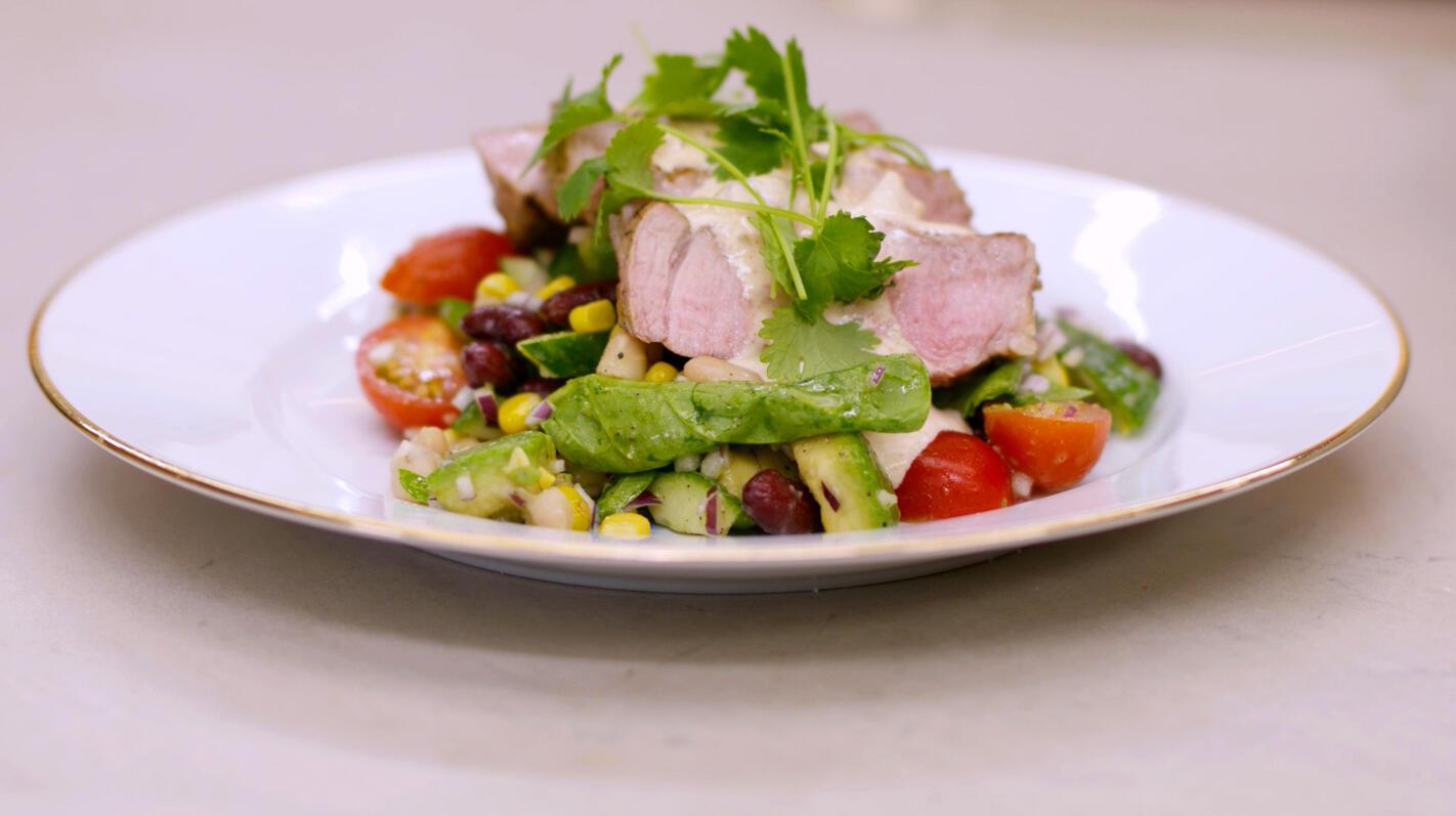Gegrilde spiering met Mexicaanse salade en een kruidige dipsaus