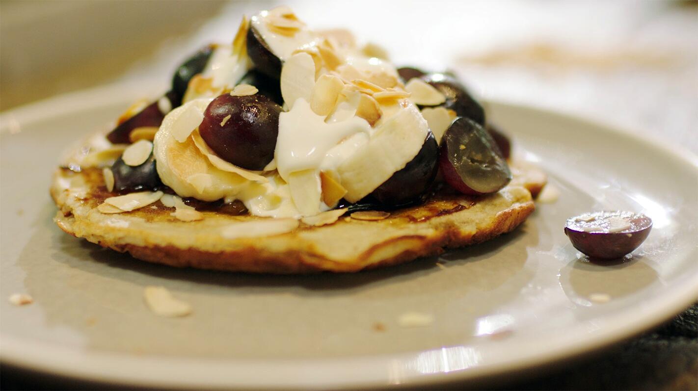 Ontbijtpannenkoeken met banaan en druiven