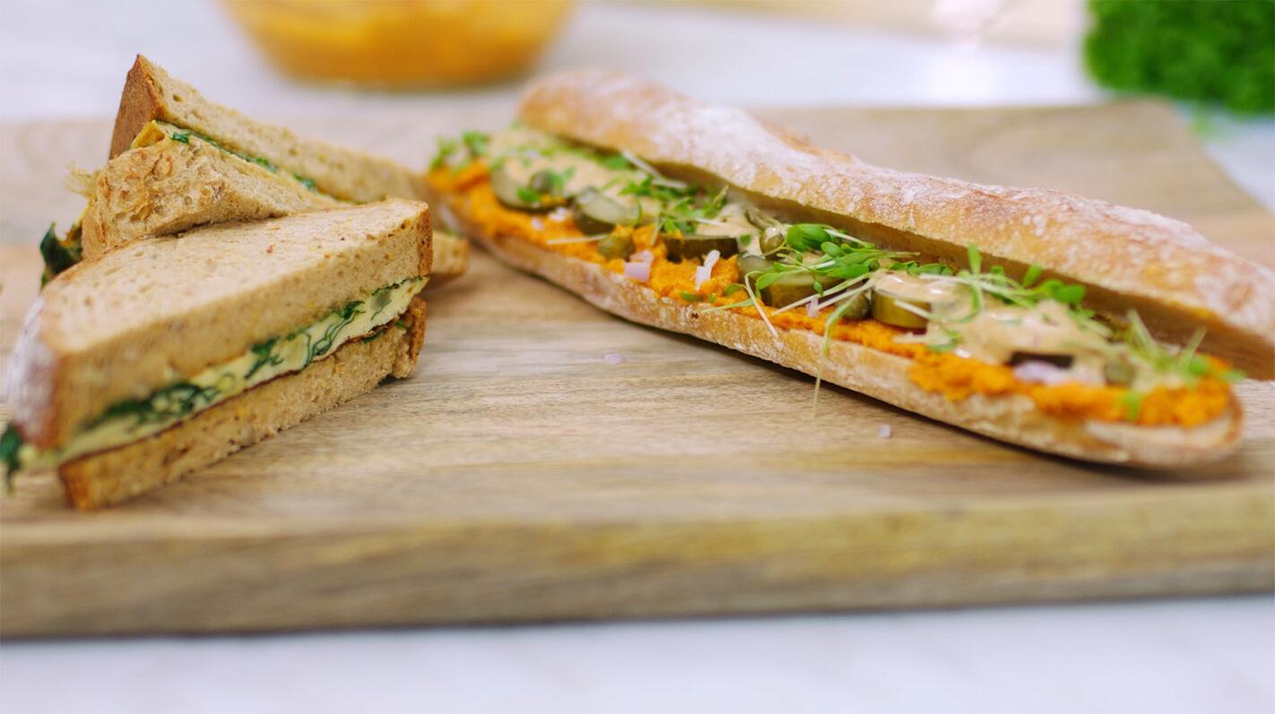 Boterham met omelet en een broodje wortelmartino