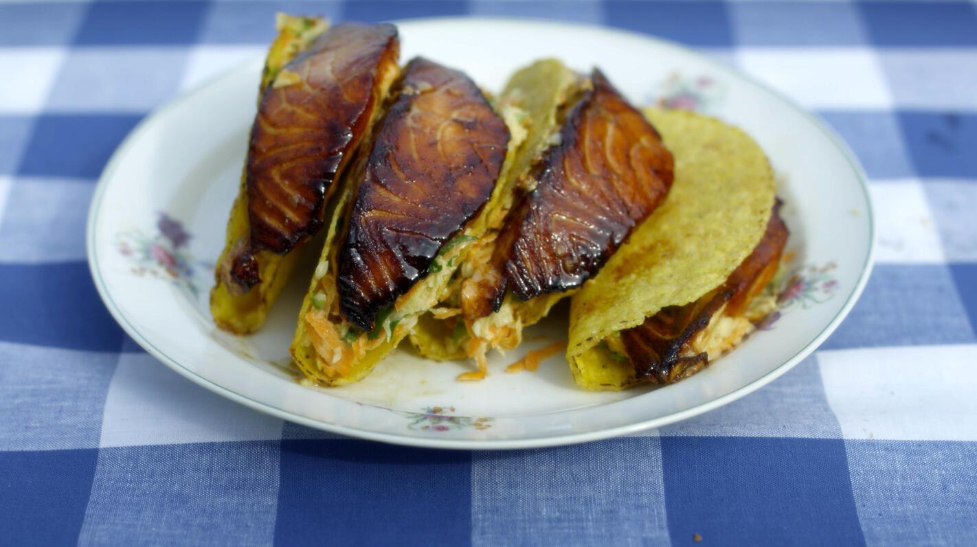 Taco's gevuld met oosterse koolsla en zalm