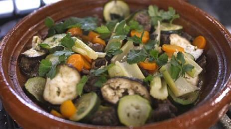 Tajine met lamsschouder, groenten, koriander en munt