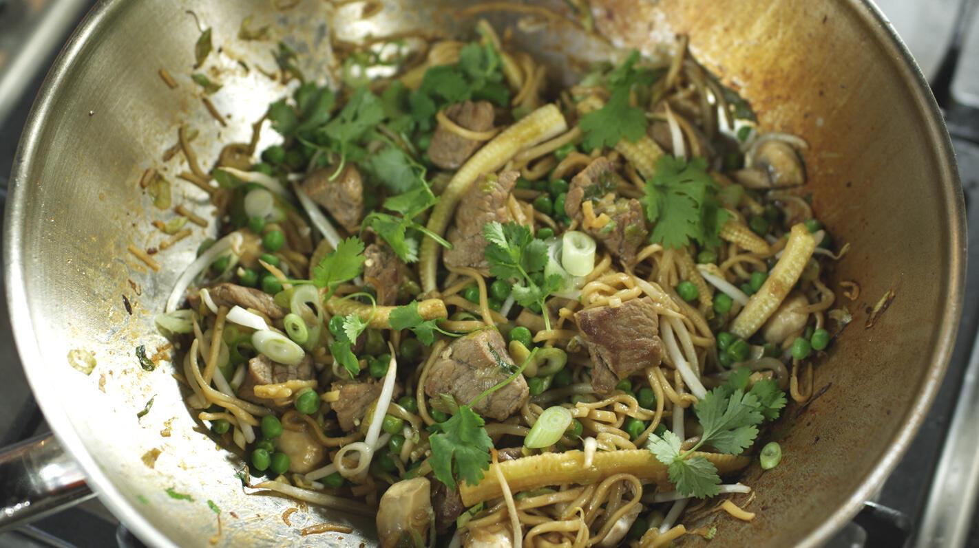 Wok met rundvlees, groenten en huisgemaakte woksaus