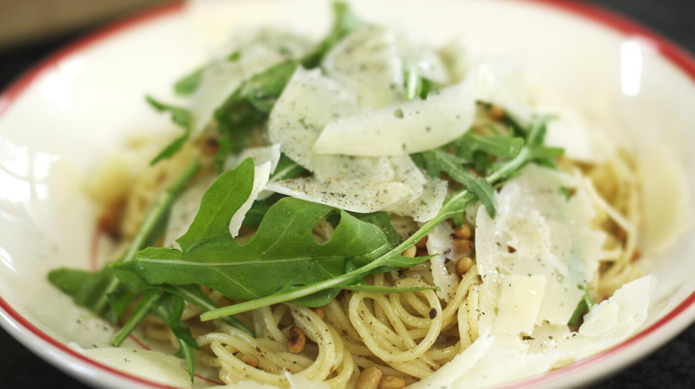 Spaghetti met truffelpasta, rucola en pecorino