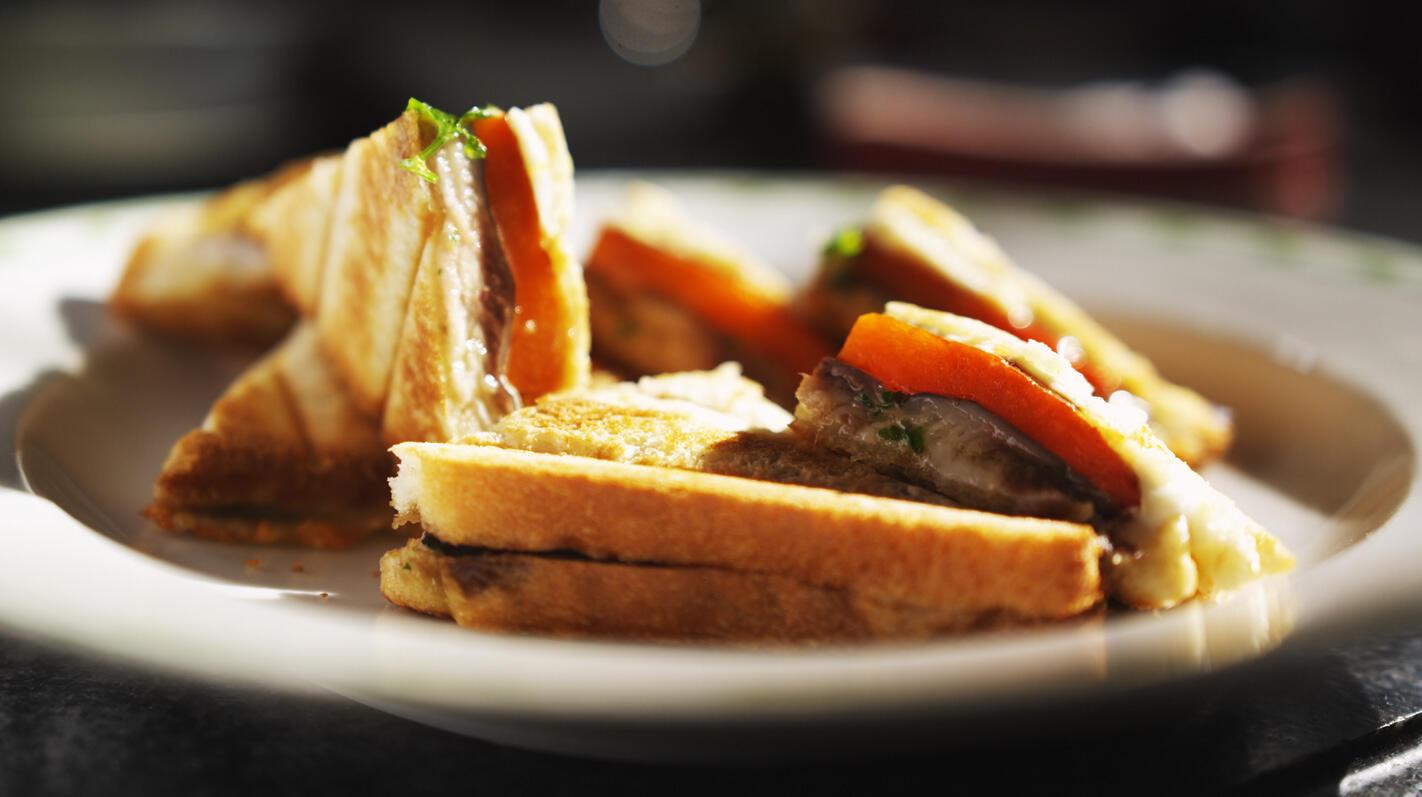 Croque met sardines, paprika en mozzarella