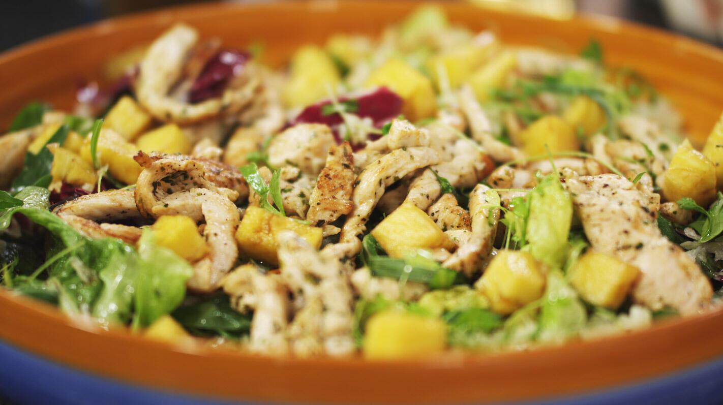 Salade met kippenreepjes en gemarineerde ananas