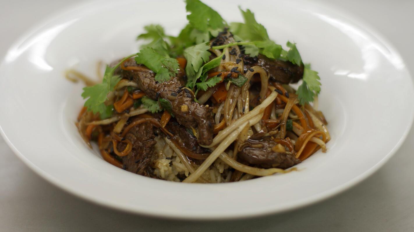 Pittig rundvlees in de wok met rijst
