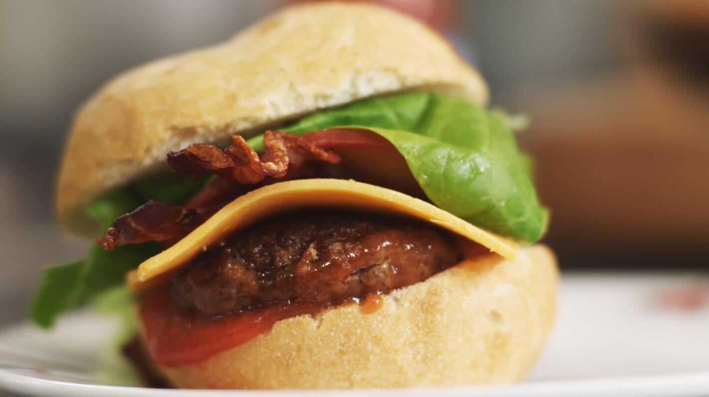 Cheeseburger met bacon en verse ketchup