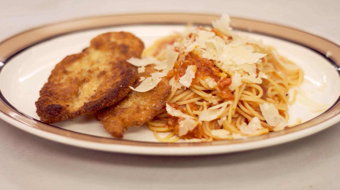 Gepaneerde kip en pasta met verse tomaat