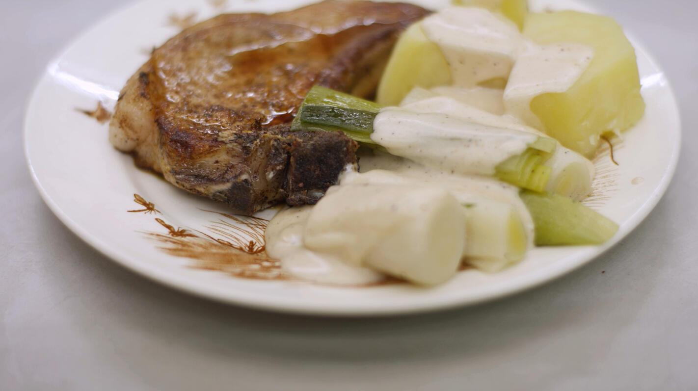 Varkenskotelet met prei en witte saus