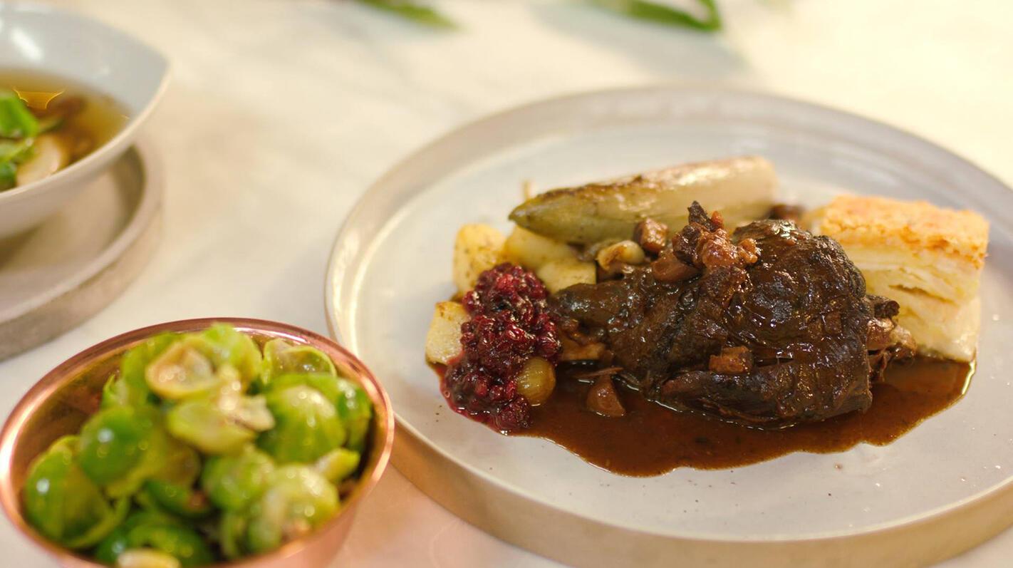 Stoverij van haas met knolselder-aardappelgratin en traditionele kerstgarnituren