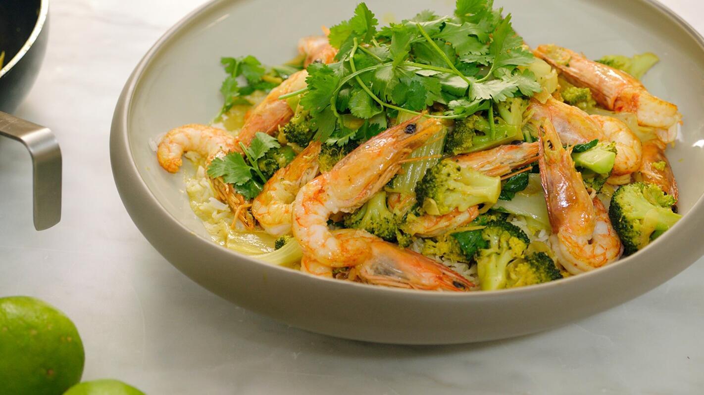 Gebakken gamba's met broccoli en currysaus