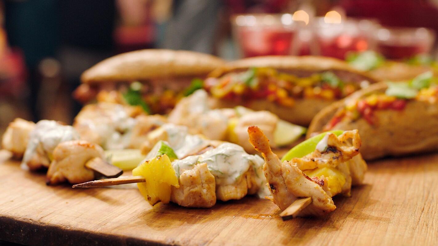 Kalkoensaté en  broodje merguez met dipsausjes op basis van plattekaas