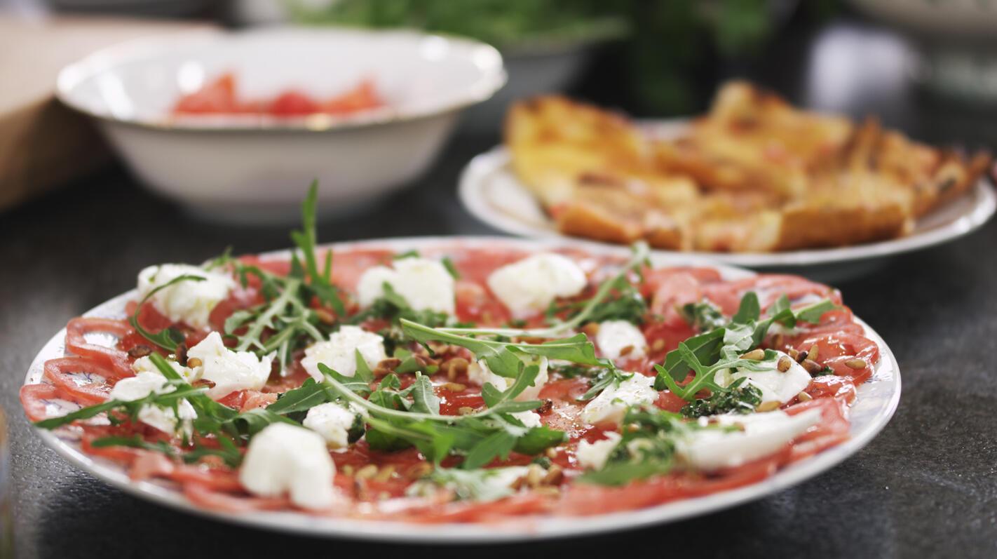Carpaccio van tomaten met mozzarella en groene salsa