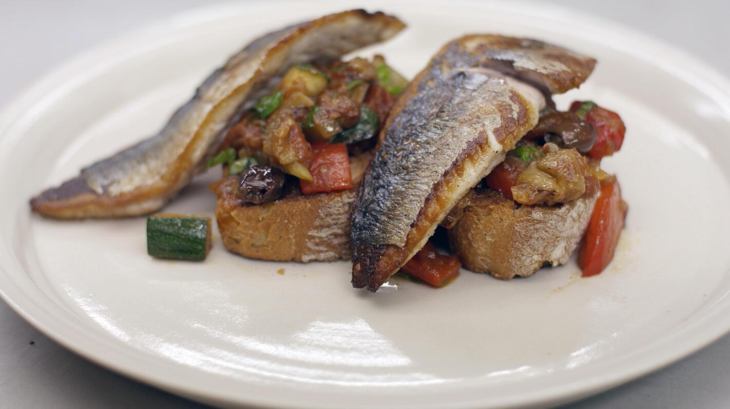 Bruschetta met caponata en gebakken makreel