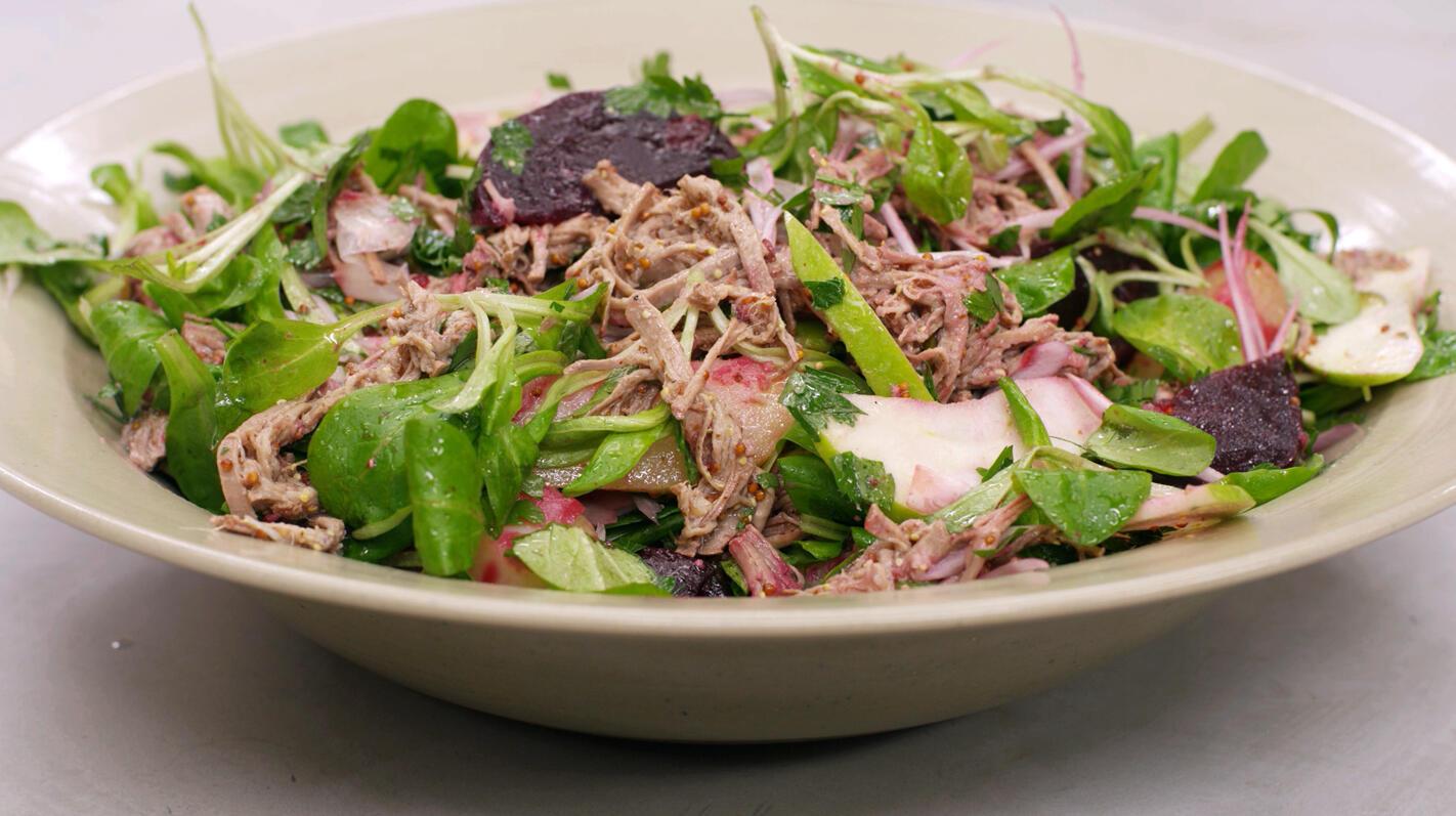 Koude salade van soepvlees, rode biet en aardappelen