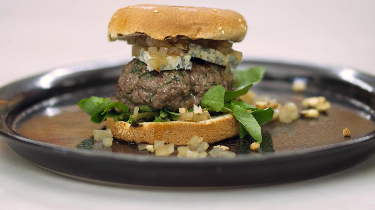 Hamburgers met relish van ui en madeira met blauwe kaas
