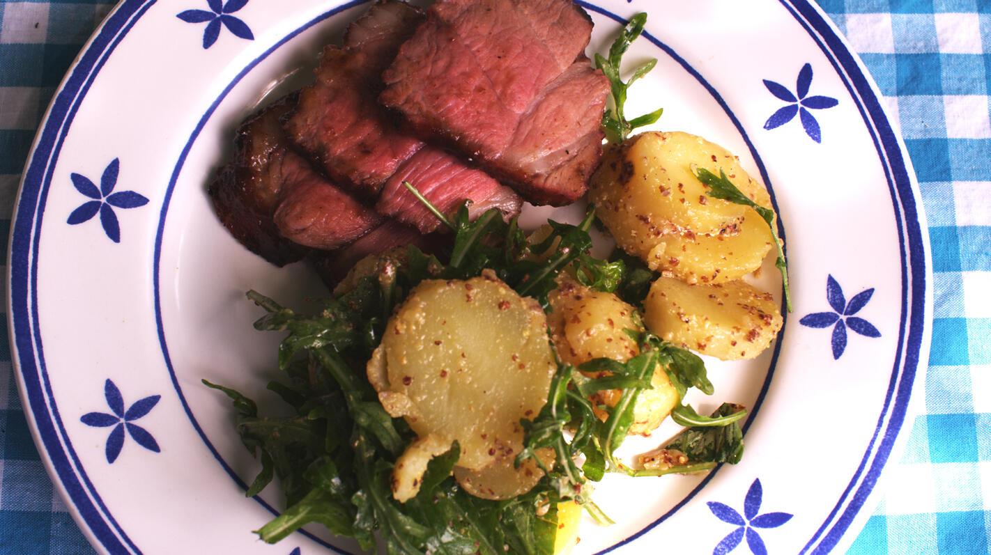 Gelakte spiering op de barbecue met aardappelsalade
