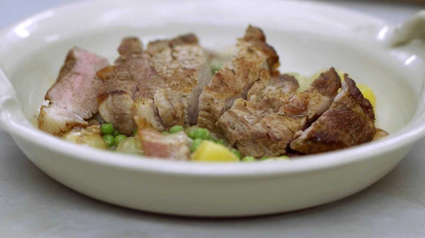 Varkensspiering met fricassee van aardappel, ui, erwten en spek