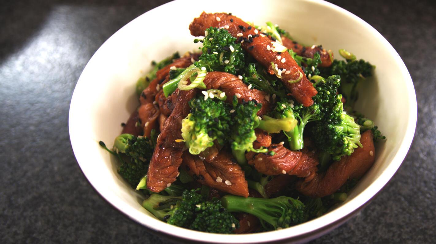 Gemarineerde kalkoenreepjes met broccolisalade