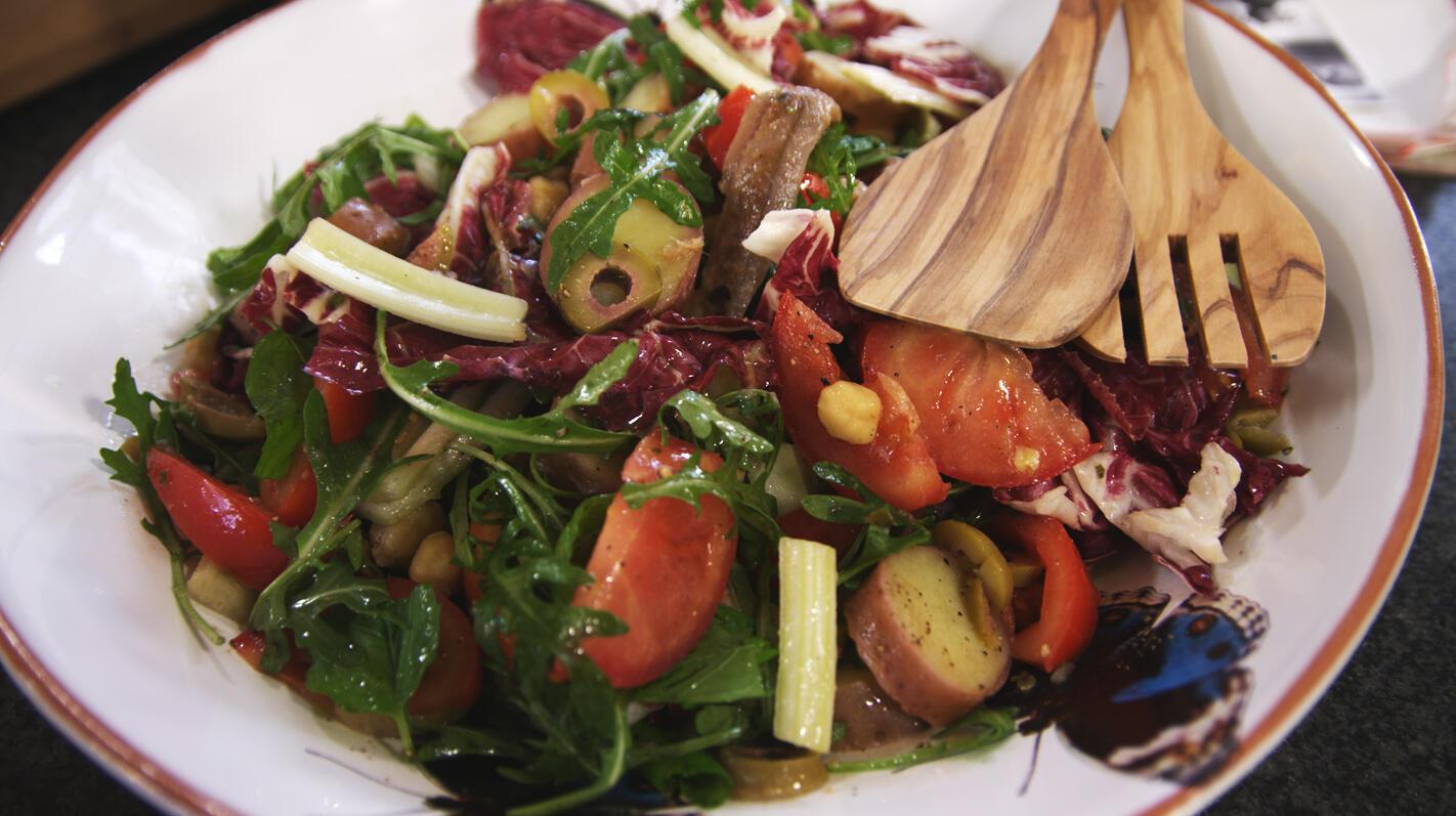 Salade van kikkererwten, aardappelen en ansjovis