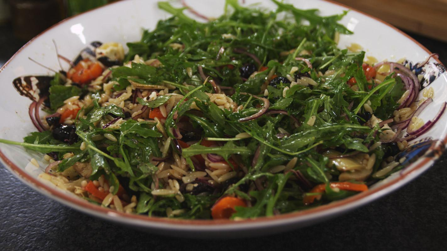Salade met Griekse pasta en gegrilde paprika