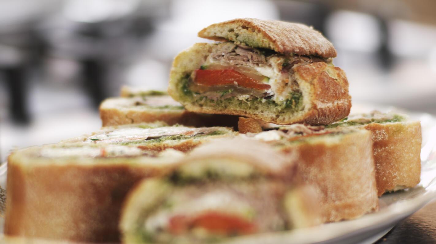 Verrassingsbrood met rosbief en groenten