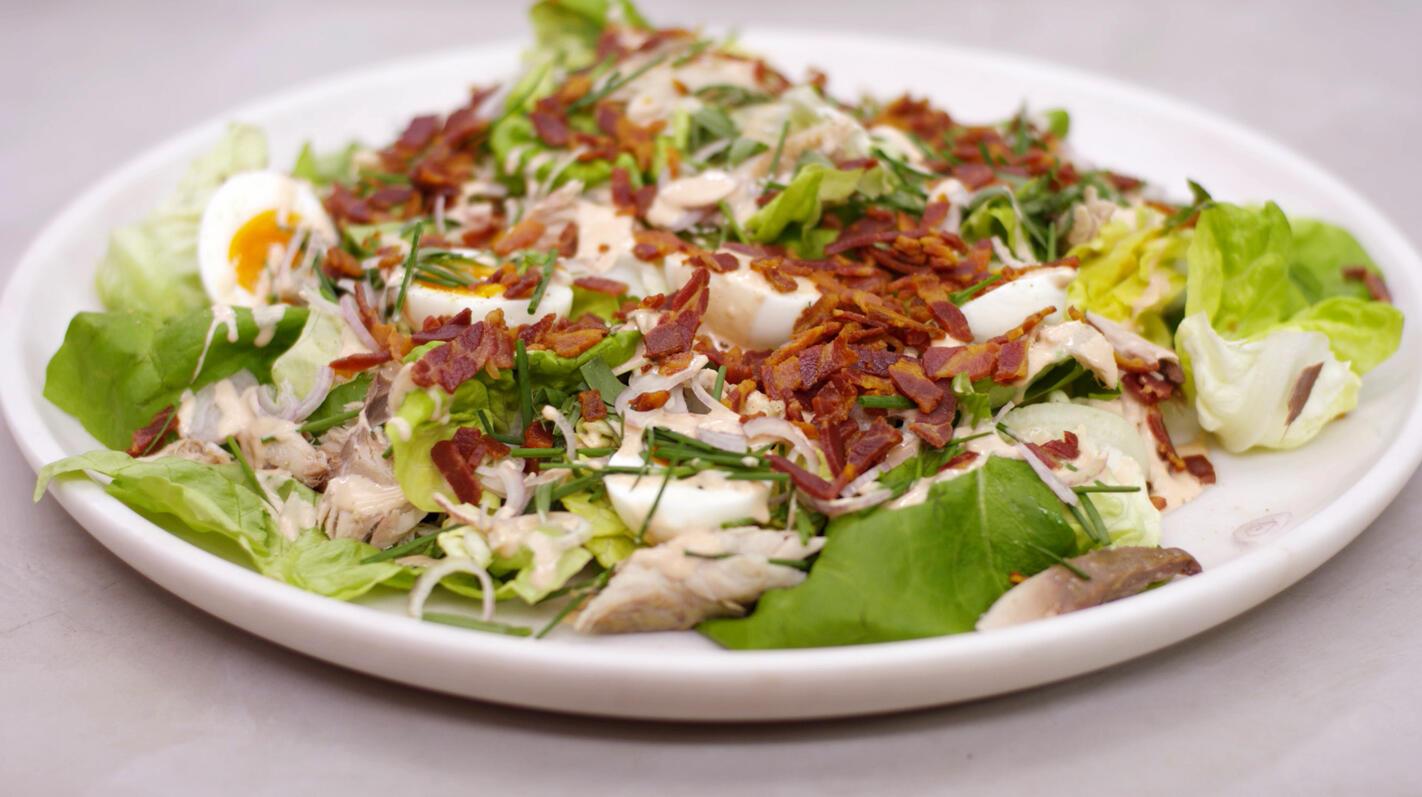 Salade met gerookte makreel, pancetta en cocktailsaus