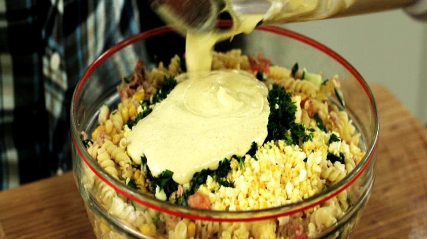 Koude pastasalade met maïs en tonijn