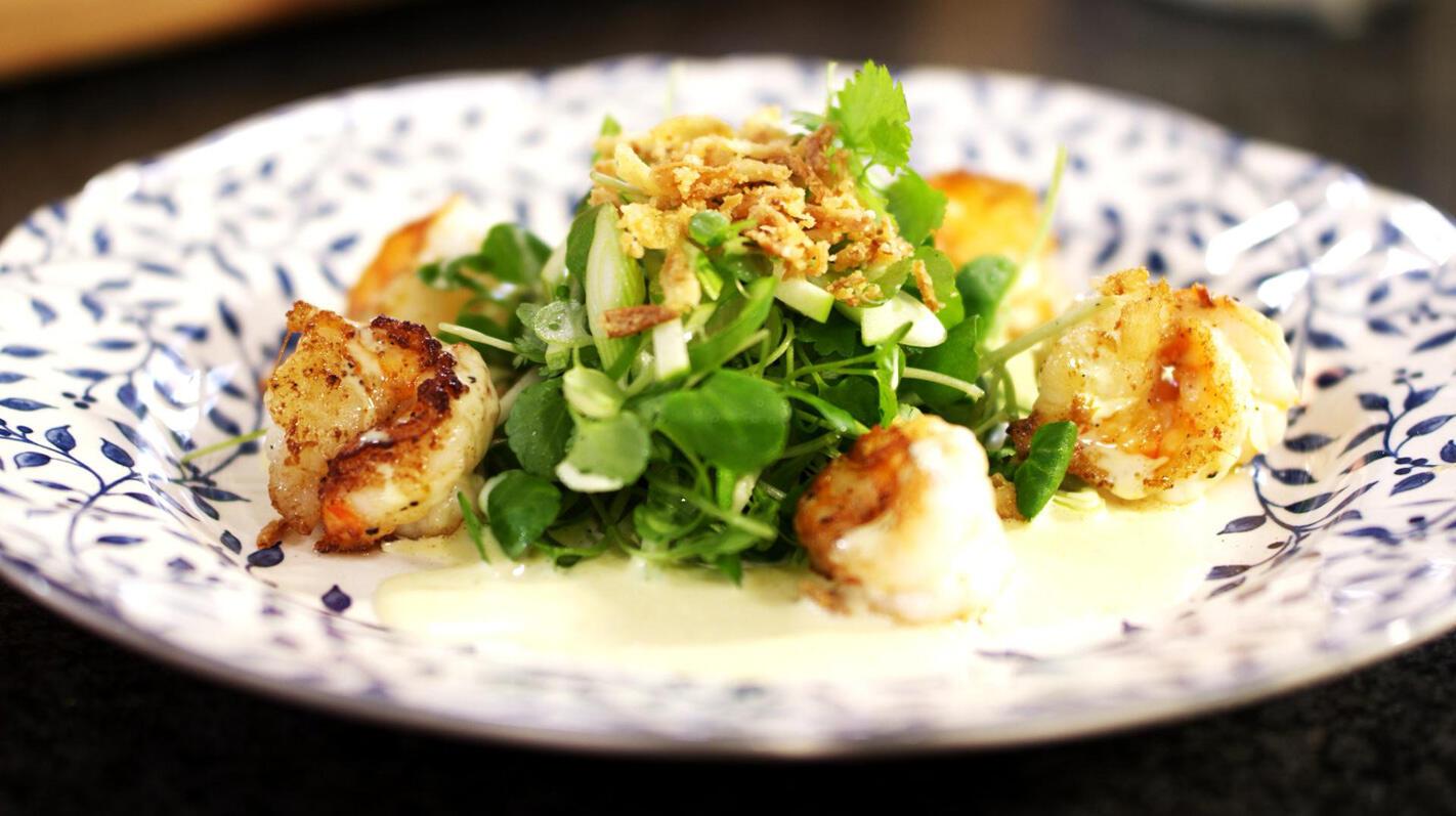 Salade met scampi, appel en curry