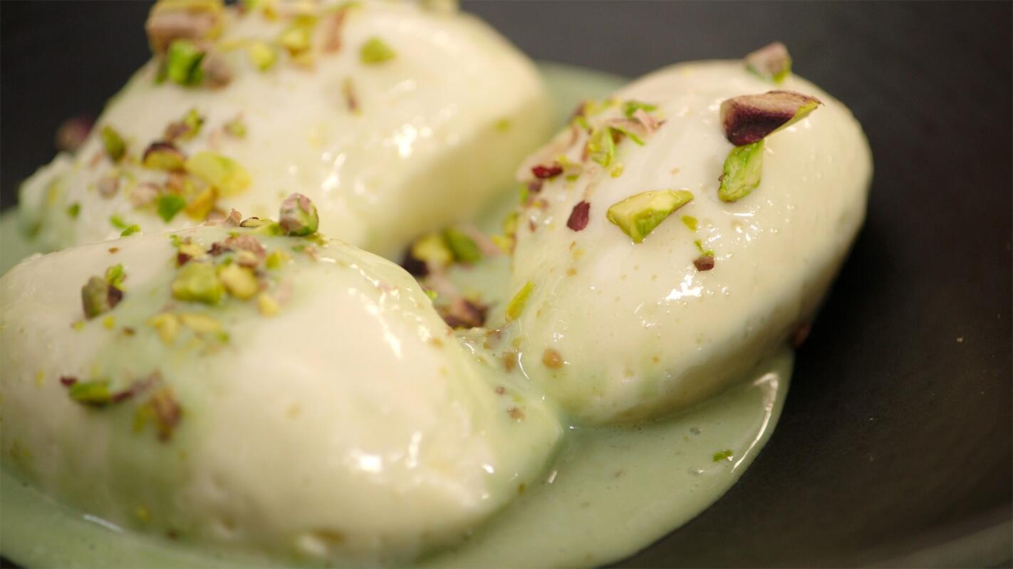 Witte chocolademousse met een pistachesaus