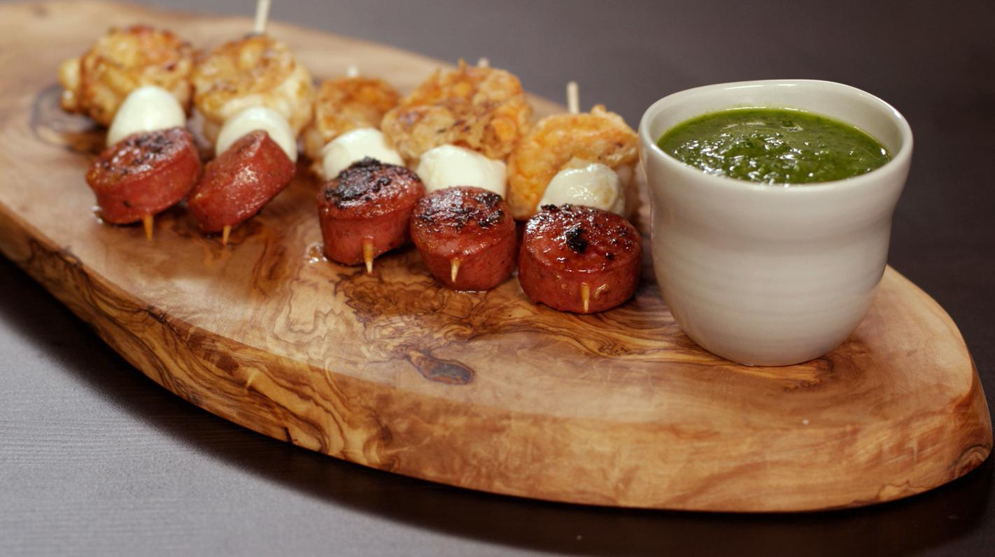 Chorizo-scampi-prikkers met salsa verde