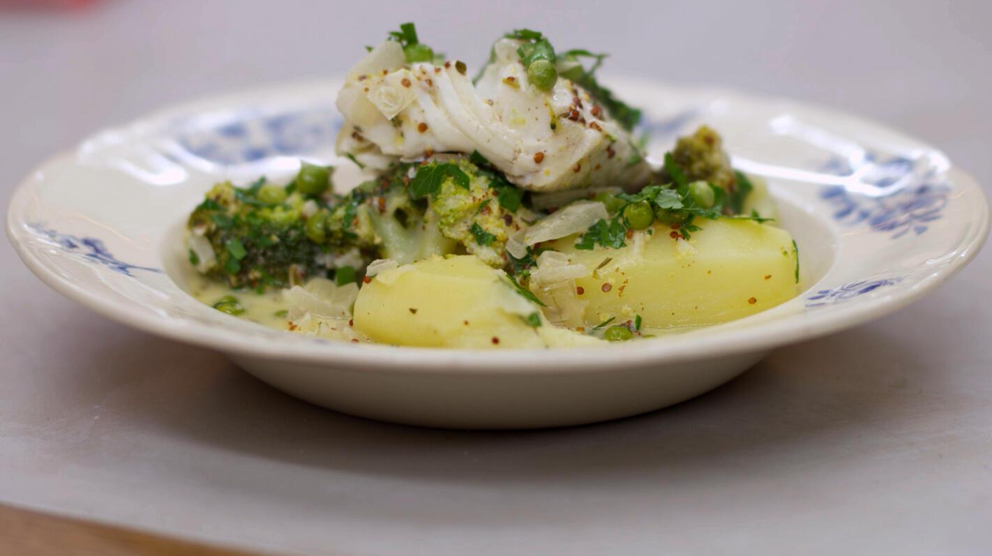 Schelvis met romige broccoli, erwten en aardappelen