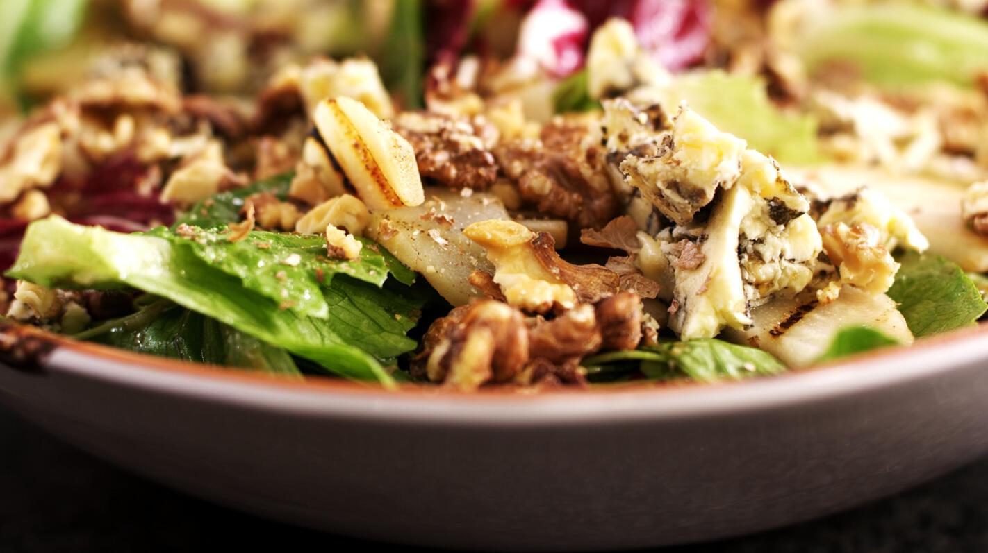 Salade met gegrilde peren en blauwe kaas
